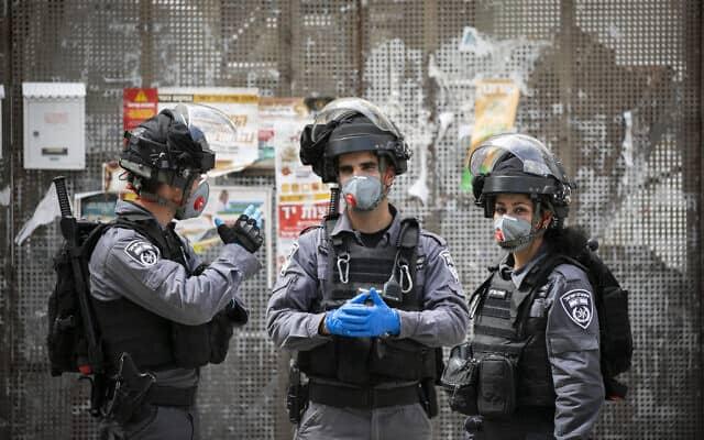 מגפת הקורונה: כוחות לאכיפת ההסגר בשכונת מאה שערים בירושלים (צילום: Olivier Fitoussi/Flash90)