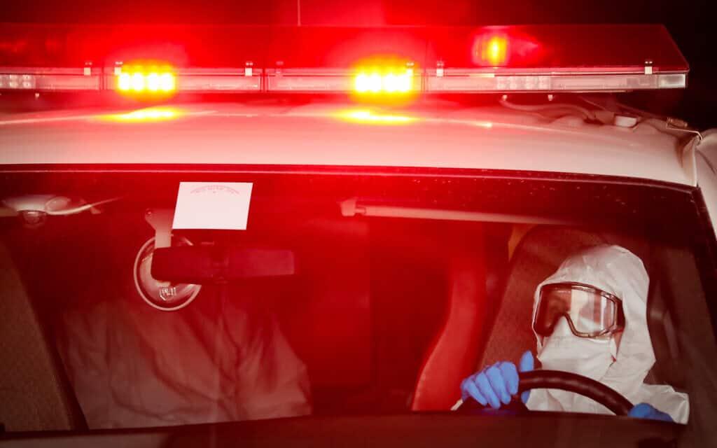 ניידת מד״א מביאה חולה בקורונה לבית החולים שערי צדק. 30 במרץ 2020 (צילום: יוסי זמיר/פלאש90)