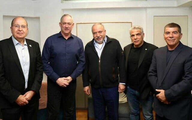 מימין: אשכנזי, לפיד, ליברמן, גנץ ויעלון (צילום: אלעד מלכה)