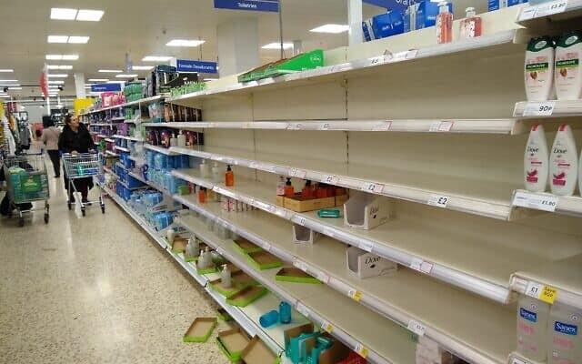 מדפי סופרמרקט בלונדון עומדים ריקים אחרי בהלת קניות בעקבות הקורונה (צילום: שאול אדר)