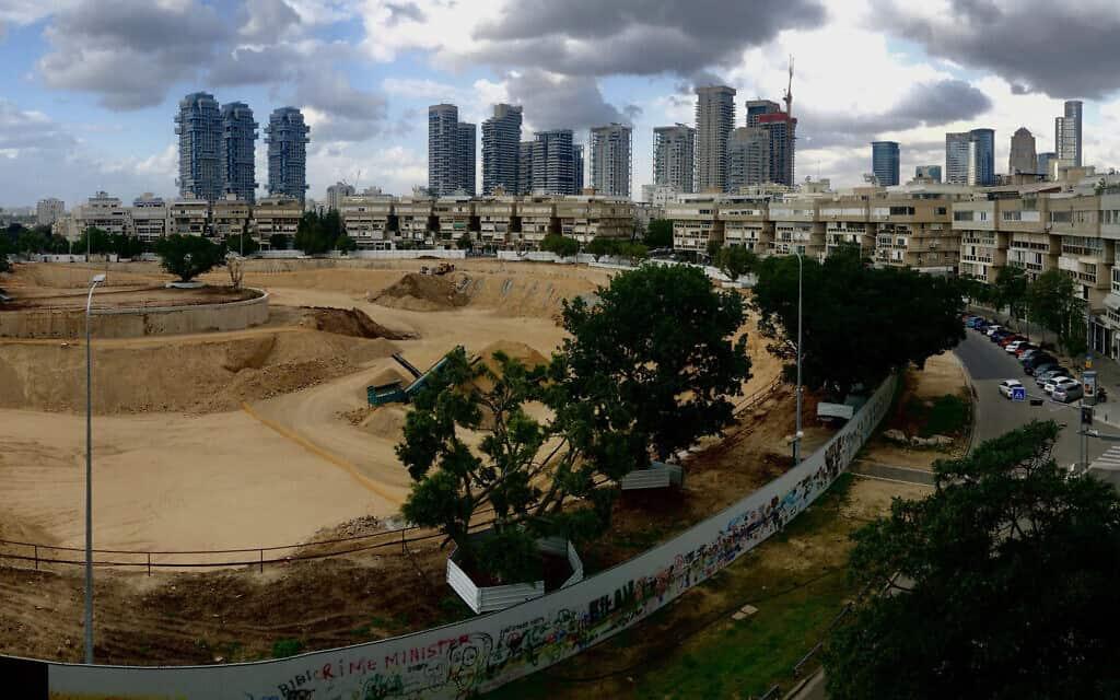 אתר בניה שומם, חנויות סגורות ומגדלים שוממים בתל אביב (צילום: דן פרי)