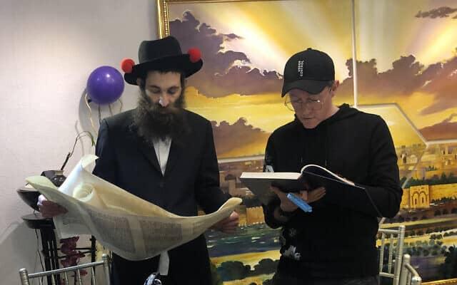 """הרב אושר ליצמן, משמאל, עם אחד מחברי הקהילה בחגיגה בבית חב""""ד בסיאול, דרום קוריאה, מרץ 2020 (צילום: Courtesy)"""