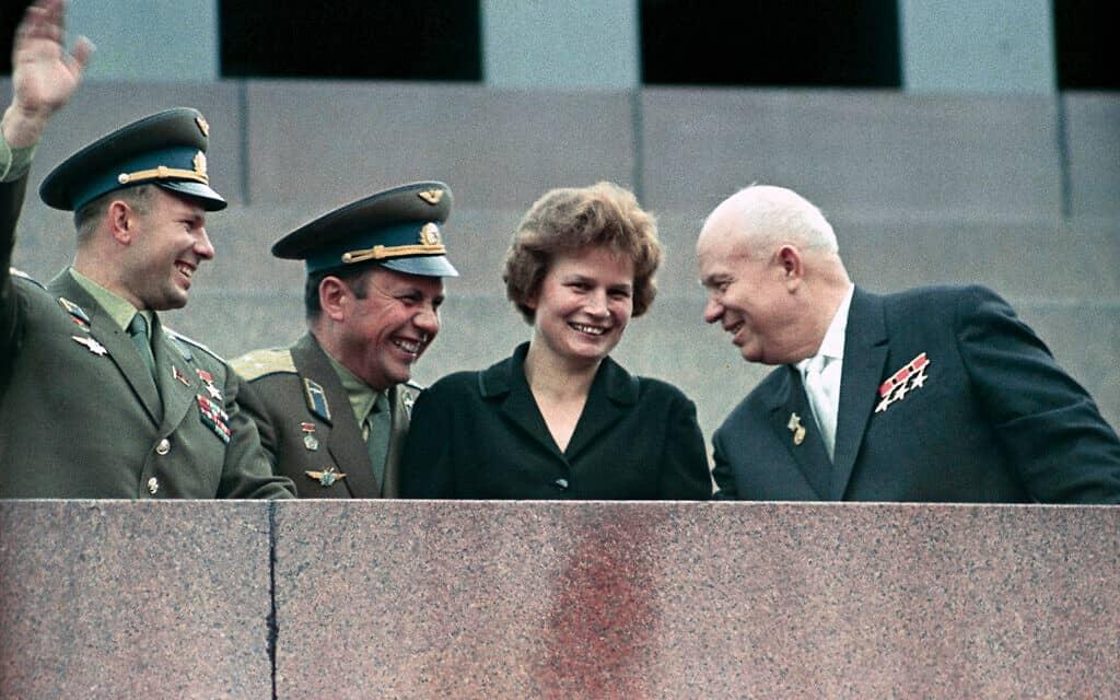 טרשקובה עומדת על בימת המאוזוליאום של לנין, יחד עם חרושצ'וב וקוסמונאוטים נוספים בשיא תהילתה, 1963 (צילום: הערך TERESHKOVA בויקיפדיה)
