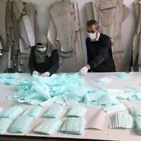 פועלים במפעל בחברון מייצרים מסכות עבור השוק הפלסטיני (צילום: באדיבות אחמד זוע'ייר)