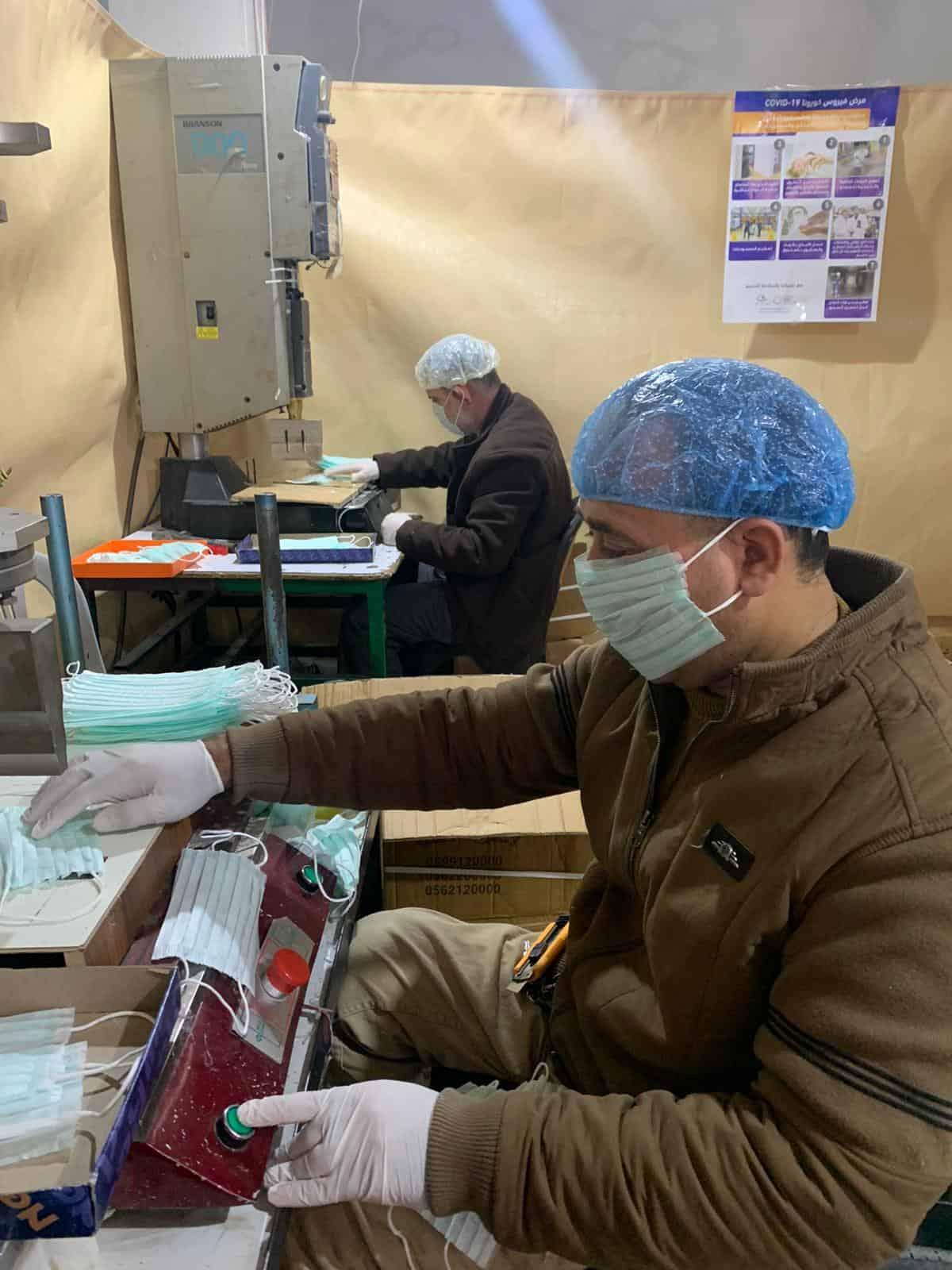 פועלים במפעל בחברון מייצרים מסכות לפלסטינים בגדה המערבית (צילום: באדיבות אחמד זוע'ייר)