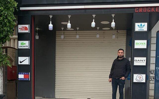 בכר אלח'וואג'א עומד בפתח חנות הבגדים הסגורה שלו. מרץ 2020 (צילום: באדיבות: בכר אלח'וואג'א)