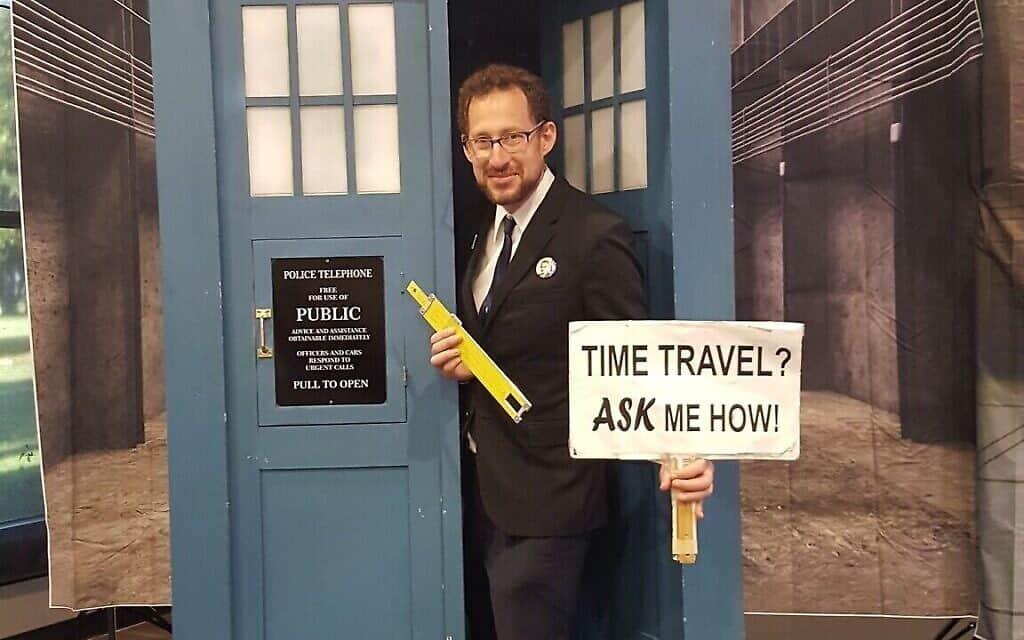 """גדעון מרקוס בחזית תא טלפון של ״ד""""ר הו״ (צילום: (Courtesy))"""
