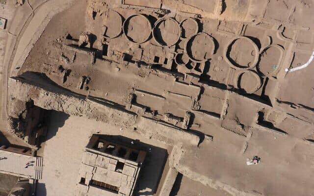 """ממגורות במצרים במאה ה-14 לפנה""""ס"""