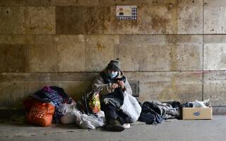 אילוסטרציה: אישה חסרת בית בקייב, אוקראינה, בעת מגפת הקורונה (צילום: istockphoto)