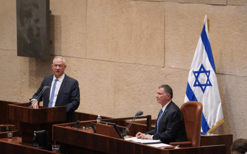 גנץ נושא דברים במליאת הכנסת, היום; משמאלו – יושב הראש אדלשטיין (צילום: שמוליק גרוסמן, דוברות הכנסת)