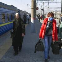נוסעים בתחנת הרכבת קייבסקי במוסקבה, היום. (צילום: AP Photo)