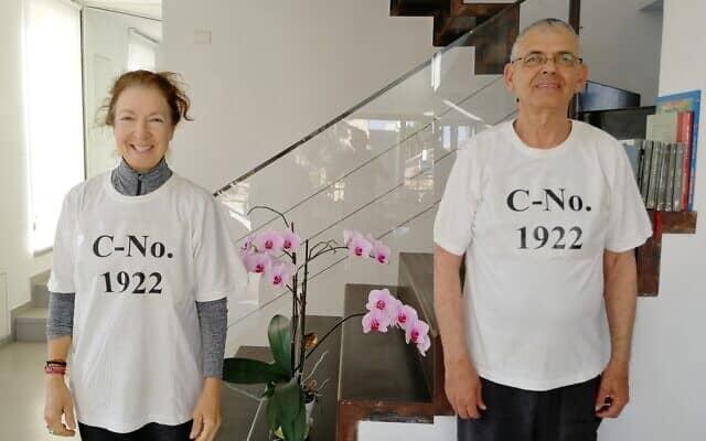 הוריה של ענת לובשים חולצות שהדפיסו עם מספר החולה שלה (צילום: באדיבות משפחת אידלמן-שתיל)