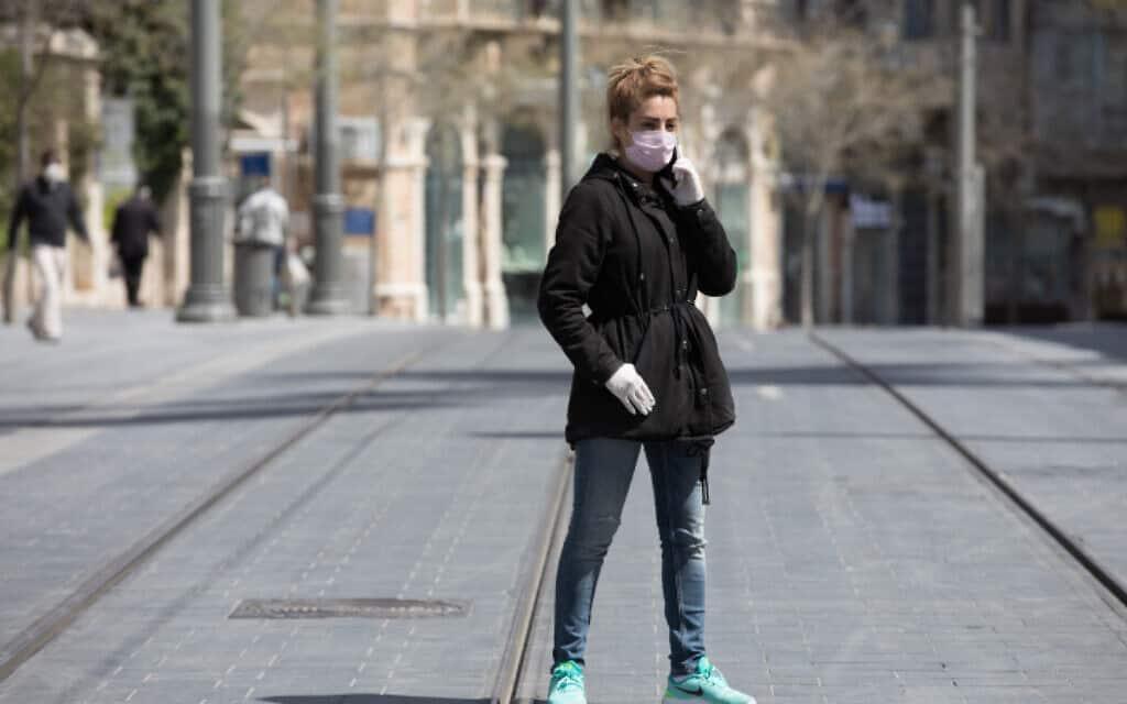 אשה לובשת מסיכה ברחוב יפו בירושלים (צילום: נתי שוחט / פלאש 90)