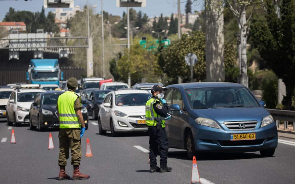 מחסום לאכיפת הסגר בירושלים (צילום: יונתן סינדל / פלאש 90)