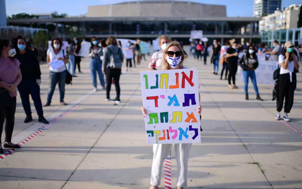 מחאת המורים בככר הבימה, היום. המורים דורשים שכר עבור ימי לימוד ביולי ובציבור שוררת אי וודאות לגבי החזרה לעבודה במערכת החינוך (צילום: תומר נויברג / פלאש 90)