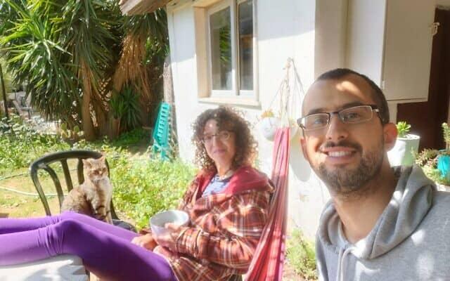 ענת אידלמן ויואב רומח בחצר ביתם באורה