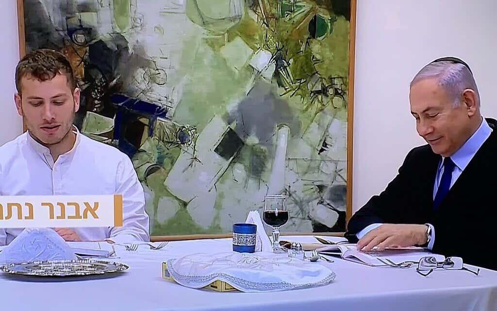 בנימין ואבנר נתניהו בשולחן הסדר, אתמול בערב (צילום: צילום מסך ערוץ 12)