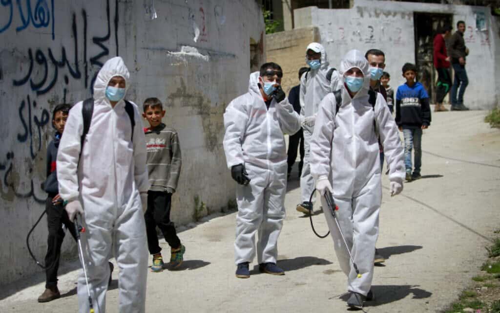 חיטוי נגד קורונה בשכם (צילום: Nasser Ishtayeh/Flash90)