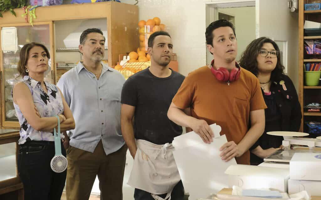 צילום מתוך הפיילוט של ABC, The Baker and the Beauty, משמאל לימין: ליסה וידאל, קרלוס גימז, ויקטור ראסוק, דוד דל ריו ובליסה אסקובדו (צילום: ABC\ גאי ד'אלמה)