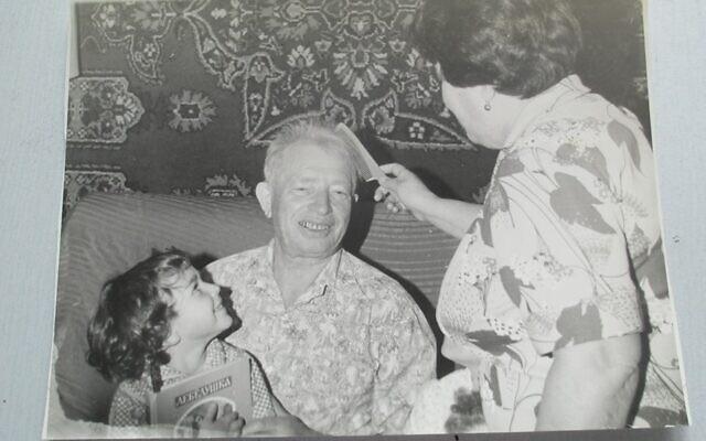 אני, עם סבתא וסבא שלי (צילום: מהאלבום הפרטי)