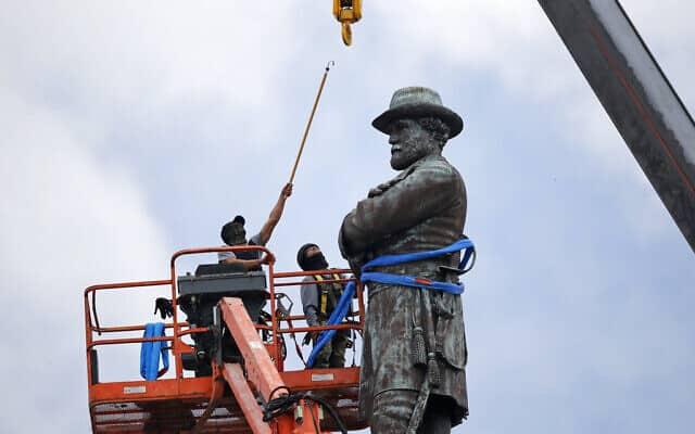 פועלים מתכוננים להסרת פסלו של גנרל צבא הקונפדרציה רוברט אדוארד לי, הניצב בגובה 30 מטרים בכיכר לי בניו אורלינס (צילום: איי-פי/ג'ראלד הרברט, ארכיון)