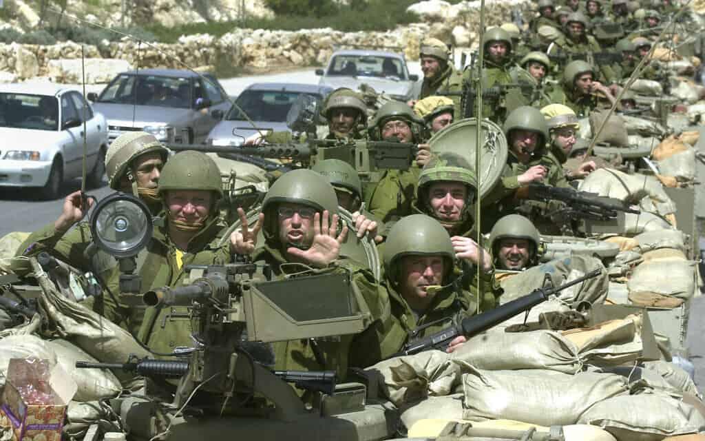 חיילים ישראלים סמוך לבית-לחם, אפריל 2002, ארכיון (צילום: AP Photo/Jacqueline Larma)