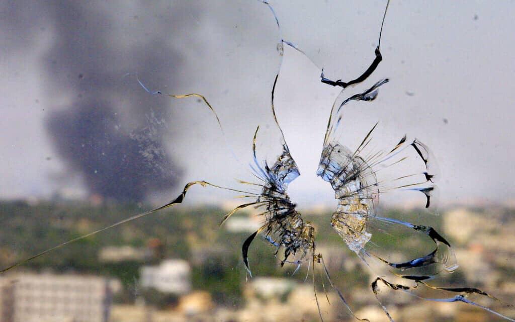 חלון שבור מפגיעת כדור רובה בבית חולים בטולכרם ב-25 במאי 2002 (צילום: AP Photo/Brennan Linsley)
