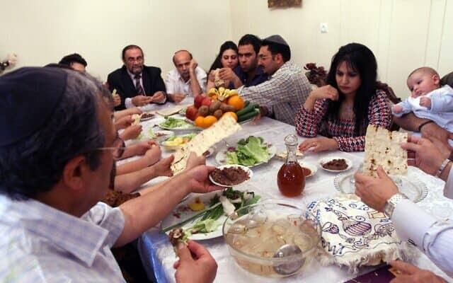 חג הפסח של משפחה יהודית באיראן, ארכיון, 2008 (צילום: AP photo/Hasan Sarbakhshian)