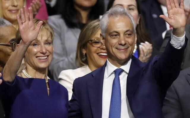 ראש עיריית שיקגו היוצא רם עמנואל ורעייתו איימי רול במהלך טקס חניכה ב-20 במאי 2019 בשיקגו (צילום: איי-פי/ג'ים יאנג)