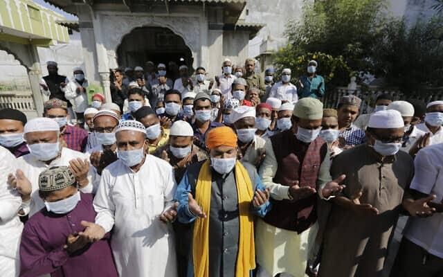 הודים מוסלמים מתפללים במסגד באחמדבאד, ב-31 בינואר 2020 (צילום: AP Photo/Ajit Solanki)
