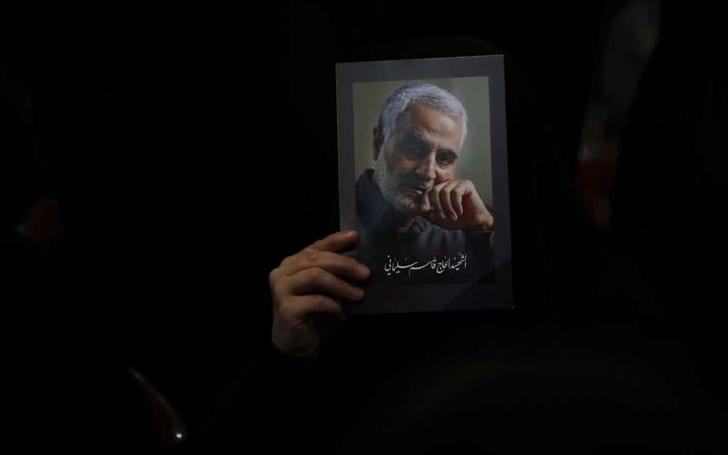 אוהד חזבאללה מחזיק בתמונת קאסם סולימאני (צילום: (AP Photo/Hassan Amma)