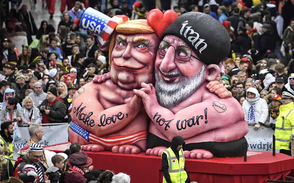 """בובות בדמויותיהם של מנהיגי ארה""""ב ואיראן בפסטיבל רחוב בדיסלדורף, גרמניה, פברואר 2020 (צילום: AP Photo/Martin Meissner)"""
