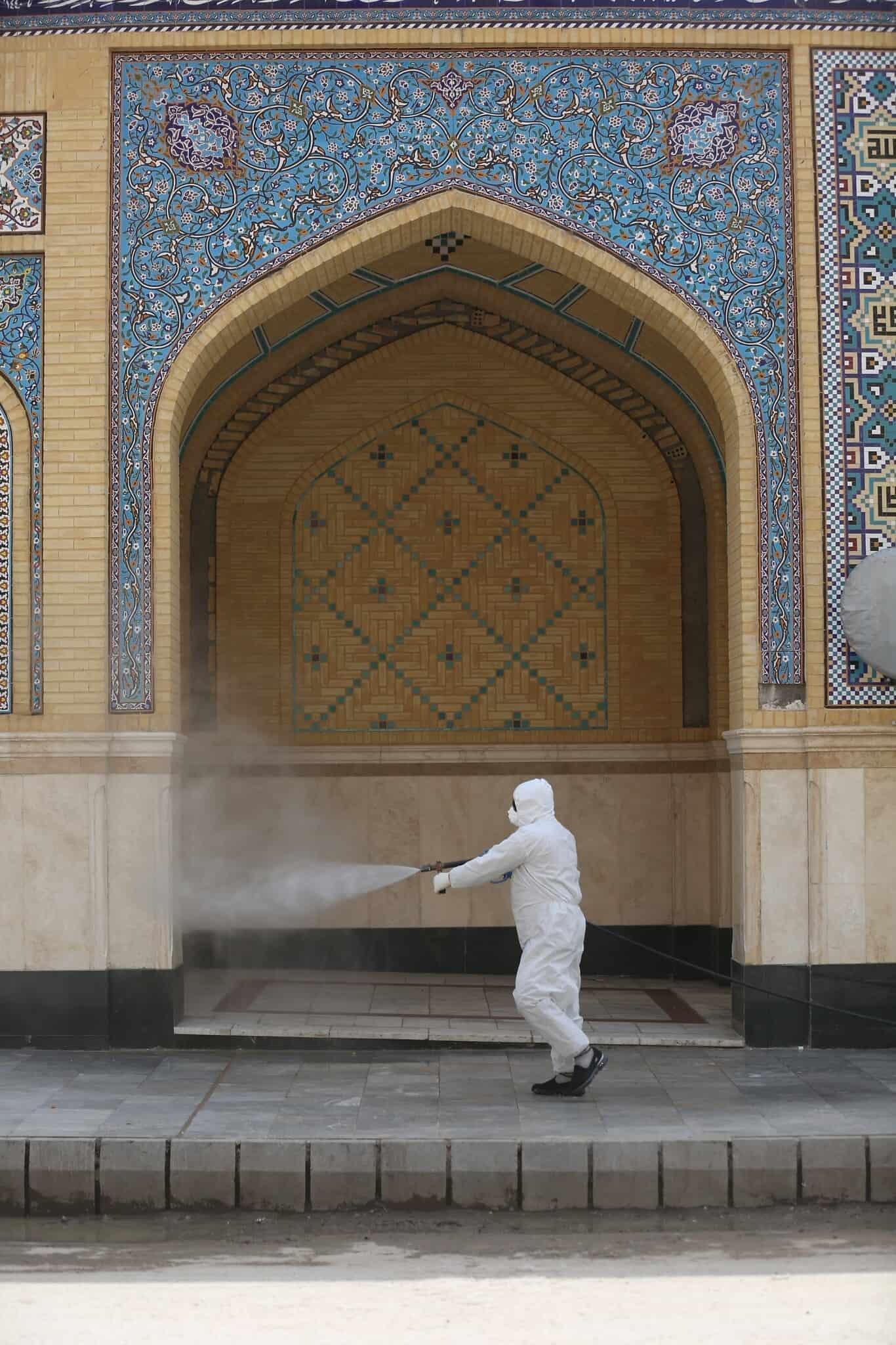 משבר הקורונה בעיראק: פעולת חיטוי במרחב הציבורי (צילום: AP Photo/Anmar Khalil)