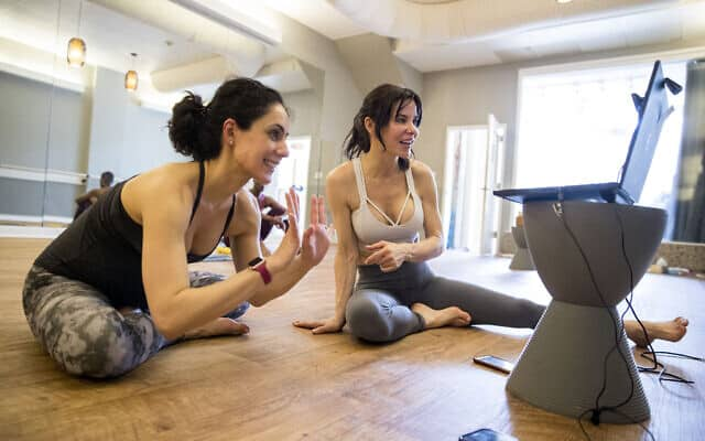 העריכו את הדברים הקטנים! שיעור יוגה וירטואלי בוושינגטון (צילום: AP Photo/Andrew Harnik)