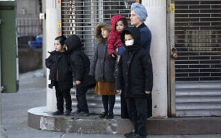 מגפת הקורונה בניו יורק: משפחה חרדית ברחוב, למצולמים אין קשר לנאמר בכתבה (צילום: AP Photo/Mark Lennihan)