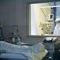 חולה המאושפז במחלקה לטיפול בקורונה בבית חולים במוסקבה. מרץ 2020 (צילום: Aleksandr Avilov, Moscow News)