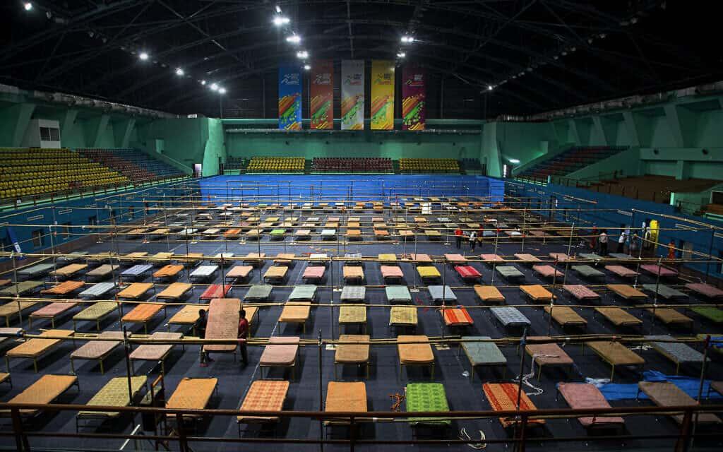קומפלקס ספורט בגוהאטי, הודו, עובר הסבה למרכז בידוד עבור חולי הקורונה. 28 במרץ 2020 (צילום: AP Photo/Anupam Nath)
