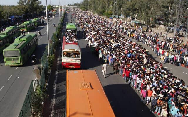 עובדי חוץ בהודו מנסים לחזור לביתם לאחר ההודעה על סגר כללי במדינה, ב-28 במרץ 2020 (צילום: AP Photo)