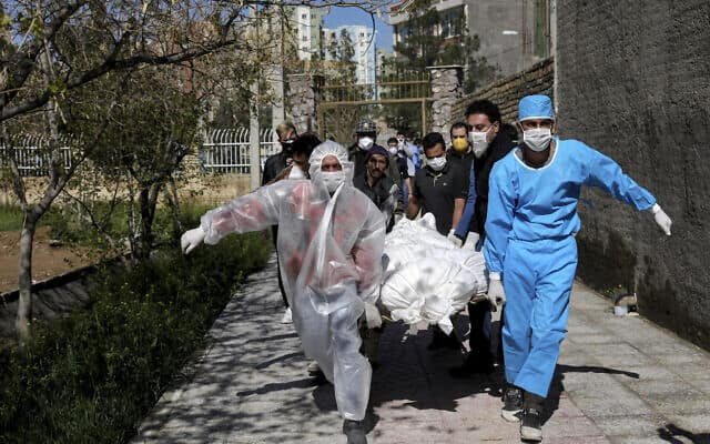 מגפת הקורונה באיראן: פינוי גופה של קרבן נוסף, מרץ 2020 (צילום: AP Photo/Ebrahim Noroozi)