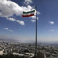 מגפת הקורונה: הדגל האיראני מתנוסס בטהרן, מרץ 2020 (צילום: AP Photo/Vahid Salemi)