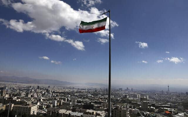 מגפת הקורונה: הדגל האיראני מתנוסס בטהראן, מרץ 2020 (צילום: AP Photo/Vahid Salemi)