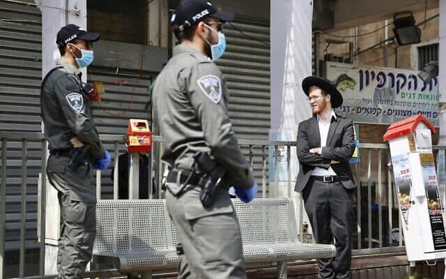 כוחות משטרה בבני ברק, ב-2 באפריל 2020 (צילום: AP Photo/Ariel Schalit)