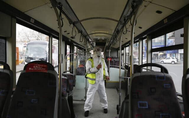 התפרצות הקורונה בטורקיה: חיטוי אוטובוס, אפריל 2020 (צילום: AP Photo/Emrah Gurel)