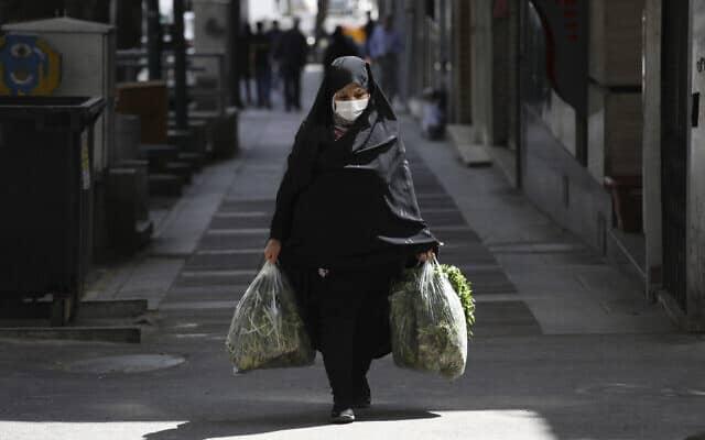 מגפת הקורונה: אישה עושה קניות בטהראן, 4 באפריל 2020 (צילום: AP Photo/Vahid Salemi)
