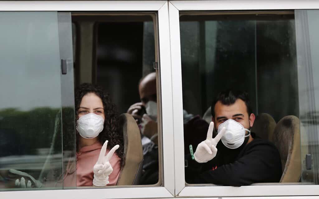 משבר הקורונה: אזרחים לבנונים שבים הביתה אחרי שנתקעו בסעודיה, אפריל 2020 (צילום: AP Photo/Hussein Malla)