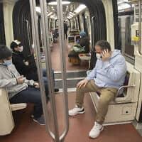 נוסעים העוטים מסכות פנים ברכבת התחתית של פריז, 7 באפריל 2020; למצולמים אין קשר לדיווח (צילום: Michel Euler, AP)
