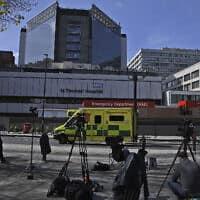 צוותי תקשורת מחוץ לבית החולים סנט תומאס, שבו מאושפז ראש ממשלת בריטניה בוריס ג'ונסון, 7 באפריל 2020 (צילום: Alberto Pezzali, AP)