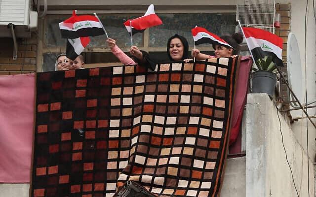 התפרצות הקורונה בעיראק: דגלים במרפסות לאות סולידריות עם הרופאים ועם החולים, אפריל 2020 (צילום: AP Photo/Hadi Mizban)