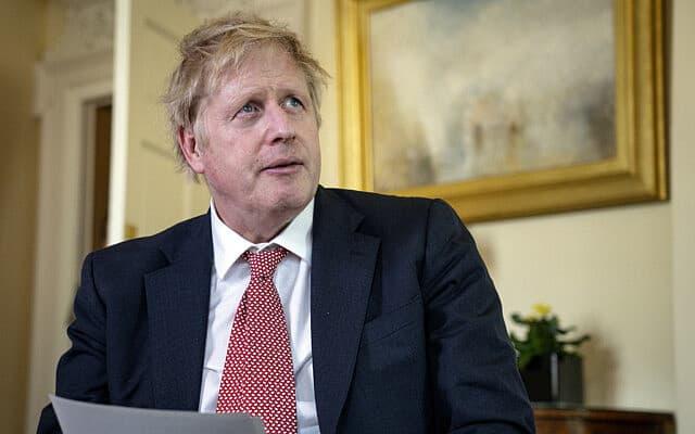 בוריס ג׳ונסון במעון ראש הממשלה אחרי ששוחרר מבית החולים, ב-12 באפריל 2020 (צילום: Pippa Fowles/10 Downing Street via AP)