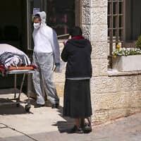 הלוויה של חולה קורונה בירושלים, אפריל 2020 (צילום: Oded Balilty, AP)
